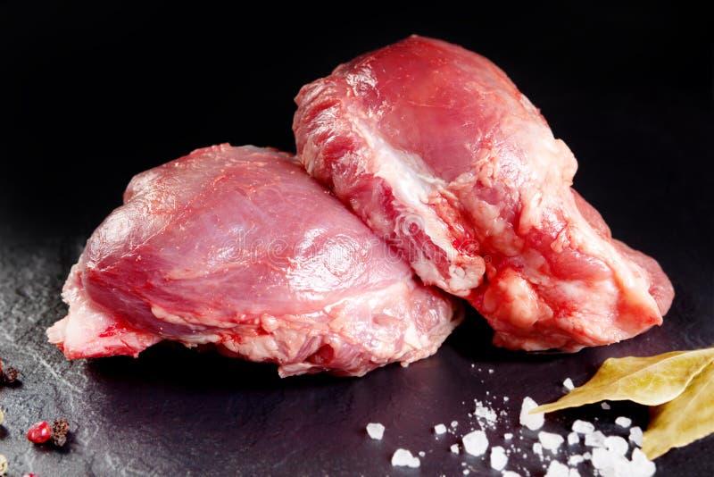 Frais et viande crue Joues, porc rouge prêt à cuisiner sur le gril ou barbecue images libres de droits