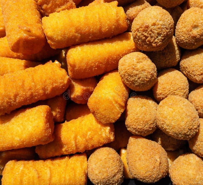 Frais frit des croquettes et des olives de pomme de terre images libres de droits
