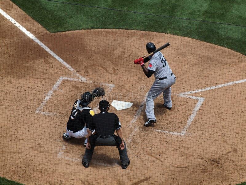 Frais généraux de cogneur David Ortiz de Red Sox jusqu'à la batte avec Kurt Suzuki Catching et l'arbitre photo libre de droits