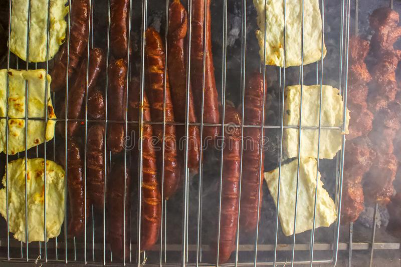 Frais généraux des saucisses et du fromage de halloumi sur le premier BBQ photo stock