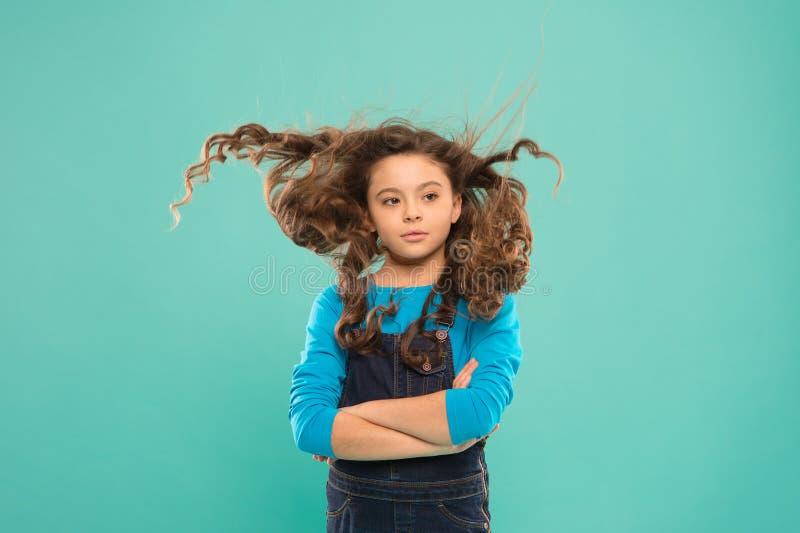 Frais il  Concept fort et sain de cheveux Coiffure gentille et rang?e Longs cheveux de petit enfant Enfant actif de fille avec lo image libre de droits