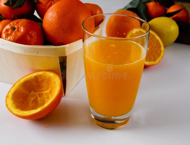 Frais méditerranéen de jus d'orange serré image stock