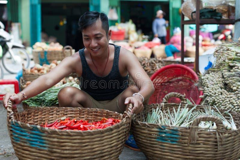 Frais rouge d'homme de marché en plein air de panier asiatique de vente photographie stock