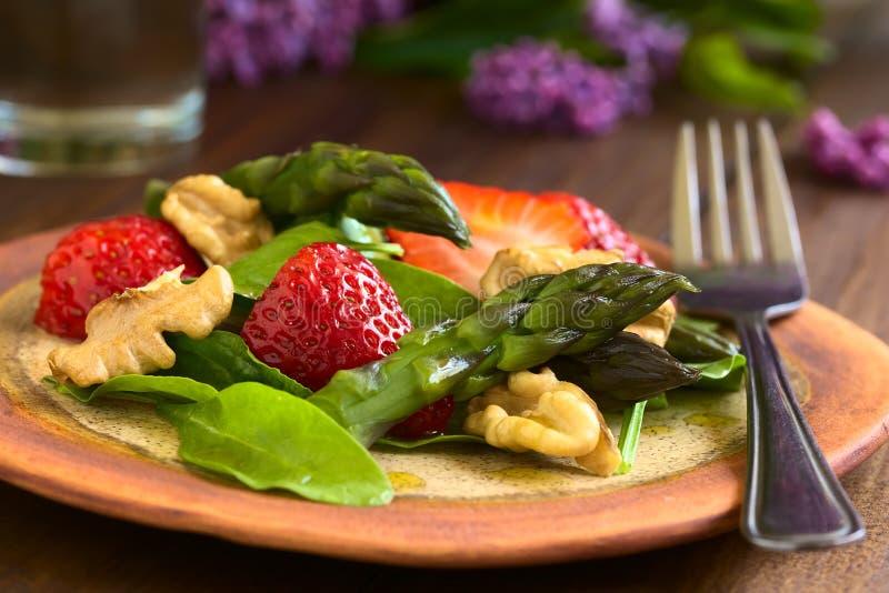 Fraise, asperge, épinards, salade de noix photo stock