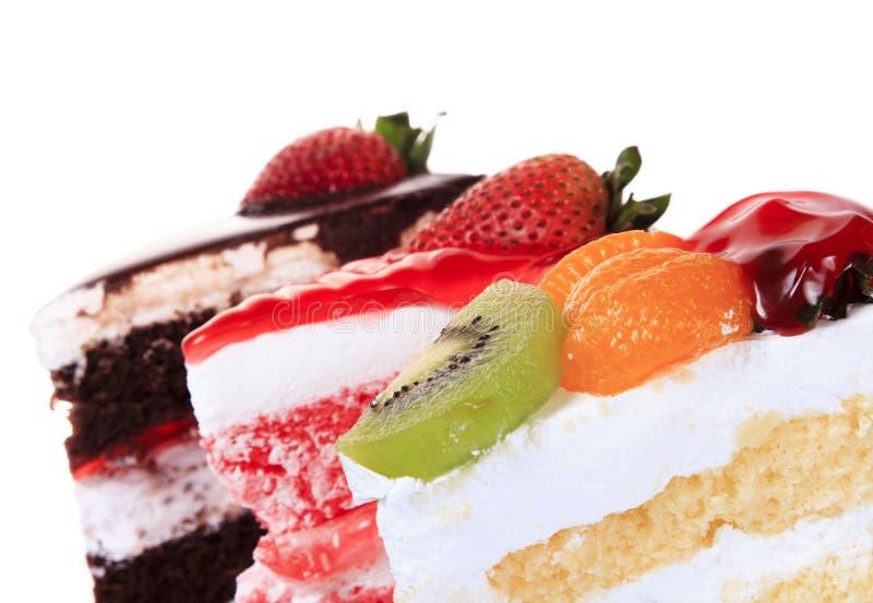 Fraise, chocolat, kiwi et gâteau orange de fruit d'isolement image stock