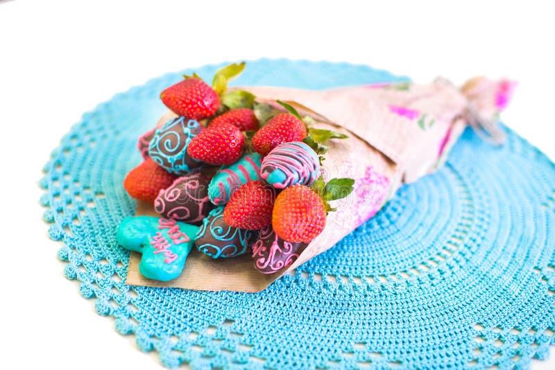 Fraise couverte du chocolat conçu comme bouquet images stock