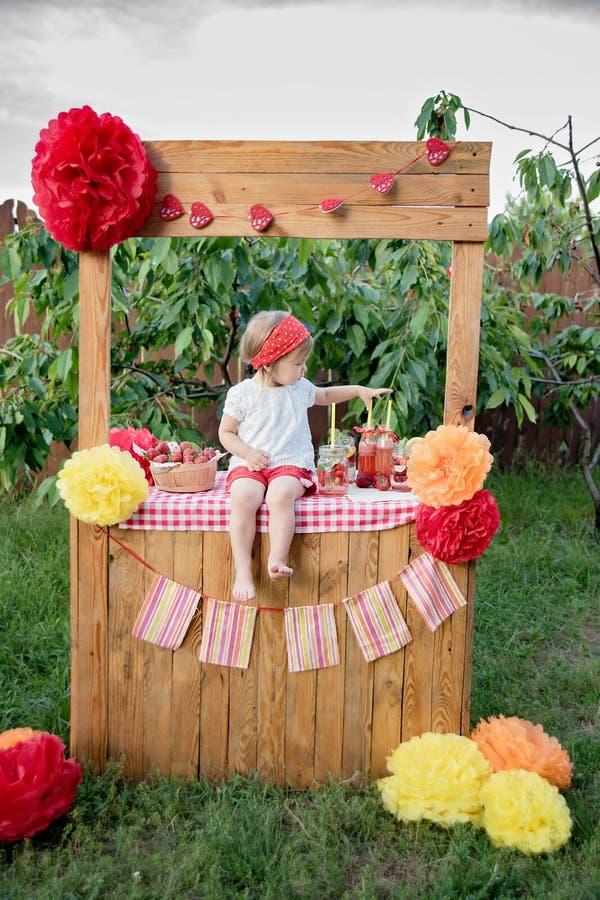 Fraise et eau infusée en bon état de detox limonade de fraise avec de la glace et la menthe comme boisson régénératrice d'été dan image stock