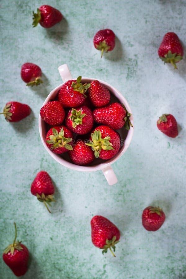 Fraise fra?che dans la cuvette Dessert sain Concept organique de fruit Fond d'?t? images libres de droits
