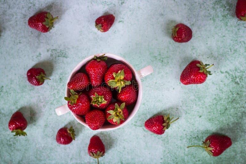 Fraise fra?che dans la cuvette Dessert sain Concept organique de fruit Fond d'?t? images stock