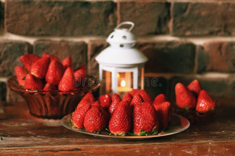 Fraise mûre avec la bougie de thé sur la table image stock