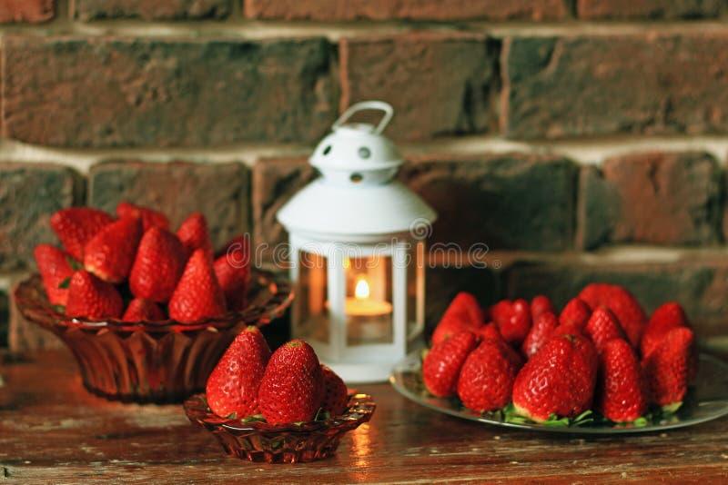 Fraise mûre avec la bougie de thé sur la table photo stock