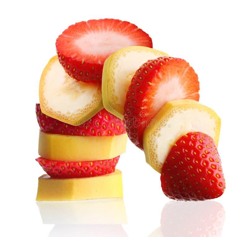 Fraise mûre coupée en tranches de banane et de baie photographie stock libre de droits