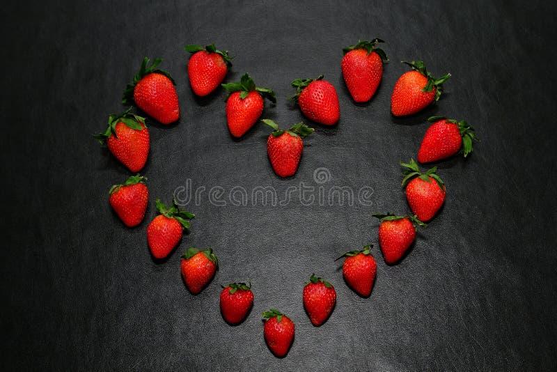 Fraises de forme de coeur images stock