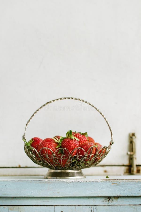 Fraises fraîches dans le vase photographie stock libre de droits