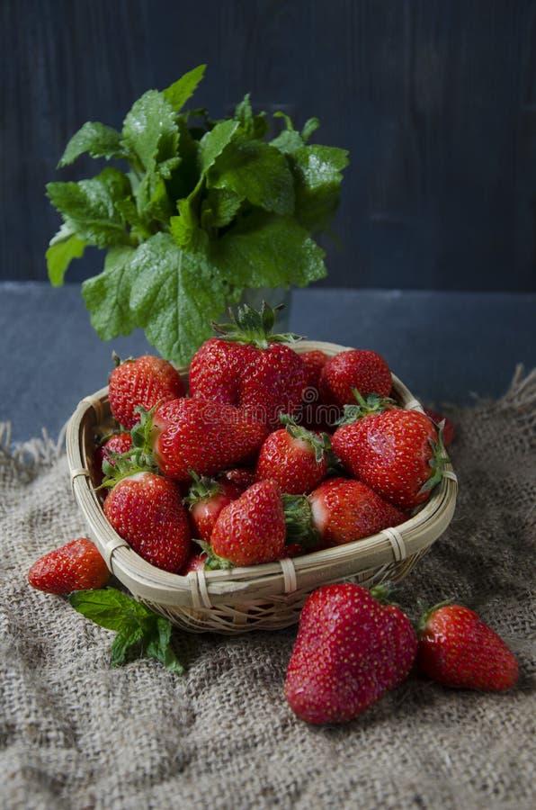 Fraises fraîches sur la table, fraises douces de breakfastfresh sur la table, petit déjeuner doux image stock