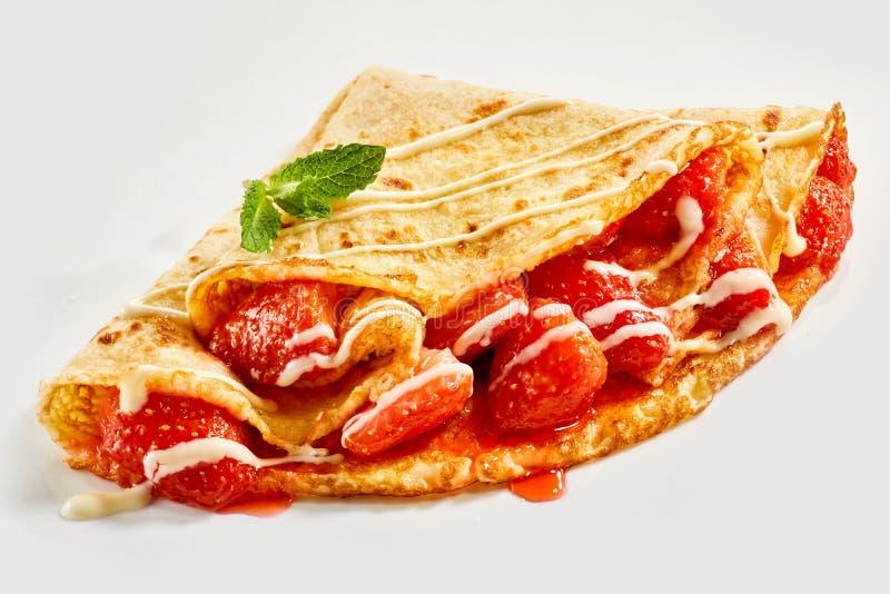 Fraises juteuses rouges mûres fraîches dans une crêpe image stock