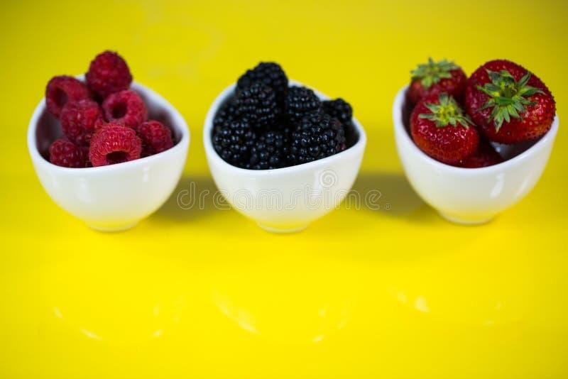 Fraises, rasberries et mûres dans une cuvette photo stock