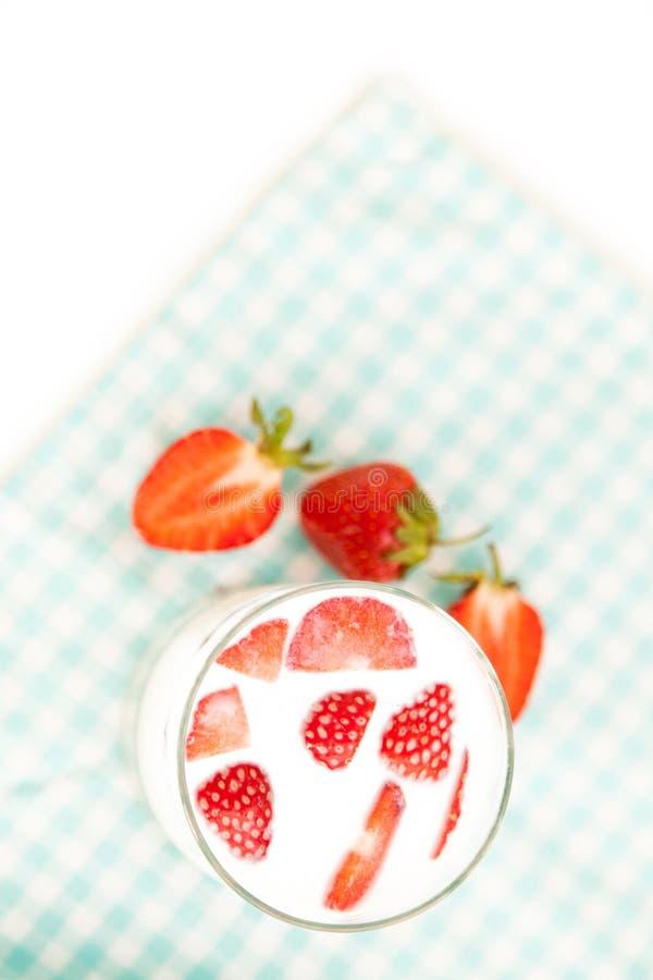 Fraises savoureuses et un verre de lait frais en tant que fond sain photos libres de droits