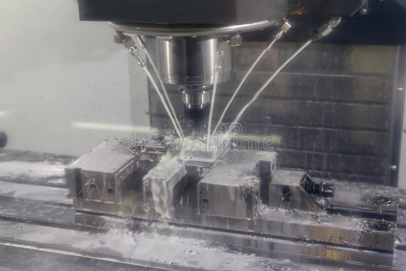Fraiseuse de commande numérique par ordinateur coupant la pièce de moulage par injection en métal avec l'outil solide d'endmill d photo stock
