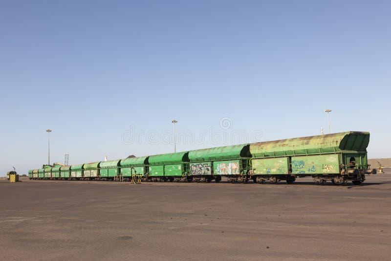 Fraktdrev med gröna vagnar arkivbilder