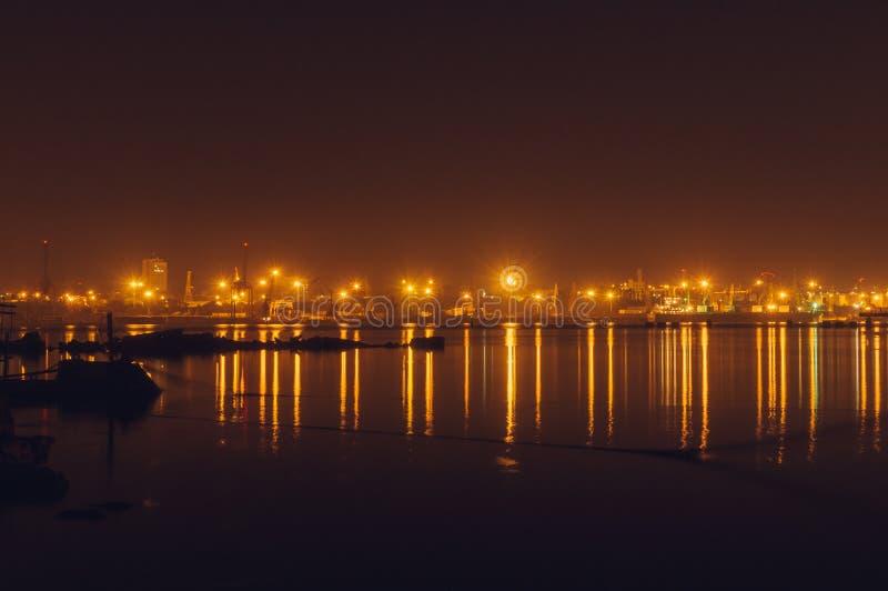 Frakthamn på natten med ljusreflexion royaltyfria bilder