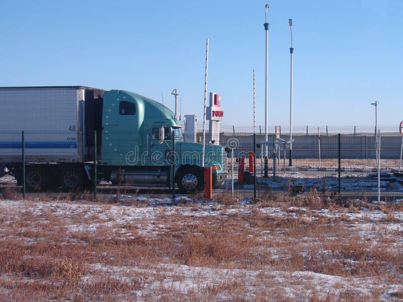 Fraktlastbilen står på denryss gränsen fotografering för bildbyråer