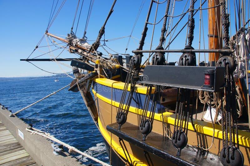 Framåt dela upp av en högväxt ship arkivfoto