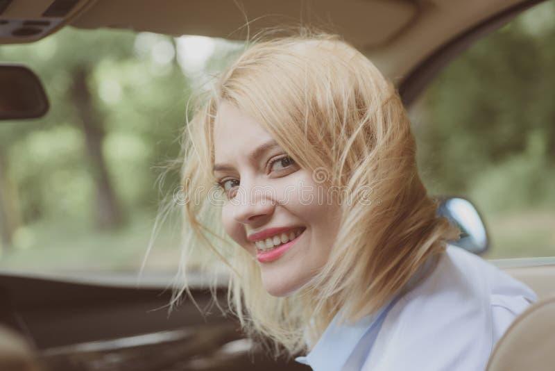 framåt väg Eco körning är en ecologic körande stil Nätt kvinnalopp förbi biltransport Den sexiga kvinnan tycker om vägen royaltyfria foton