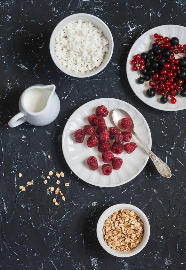 Framboesa, corinto preto, requeijão, creme, mel, merengue - café da manhã saboroso ou petisco fotos de stock royalty free