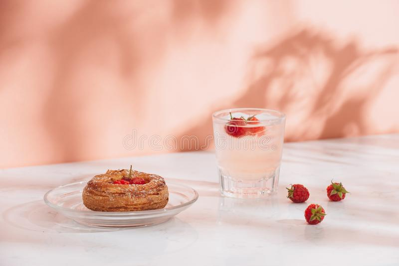 Framboesa da pastelaria tradicional mini e bebidas dinamarquesas doces recentemente cozidas da soda das framboesas imagens de stock royalty free