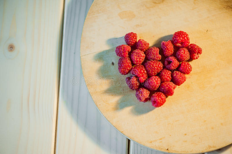 Framboesas em um coração fotografia de stock
