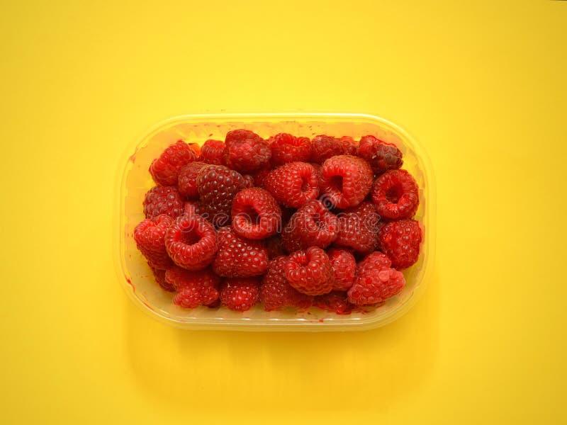 Framboesas frescas na caixa plástica fotografia de stock