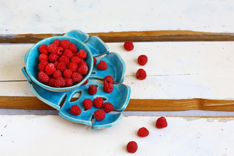 Framboesas frescas vermelhas no fundo de madeira rústico branco  imagem de stock