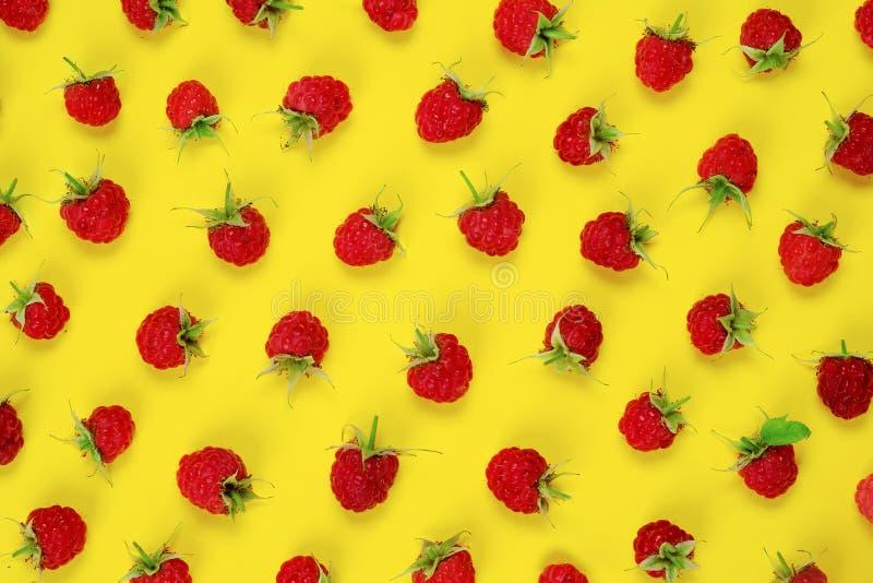 Framboesas vermelhas da baga no fundo amarelo imagem de stock royalty free