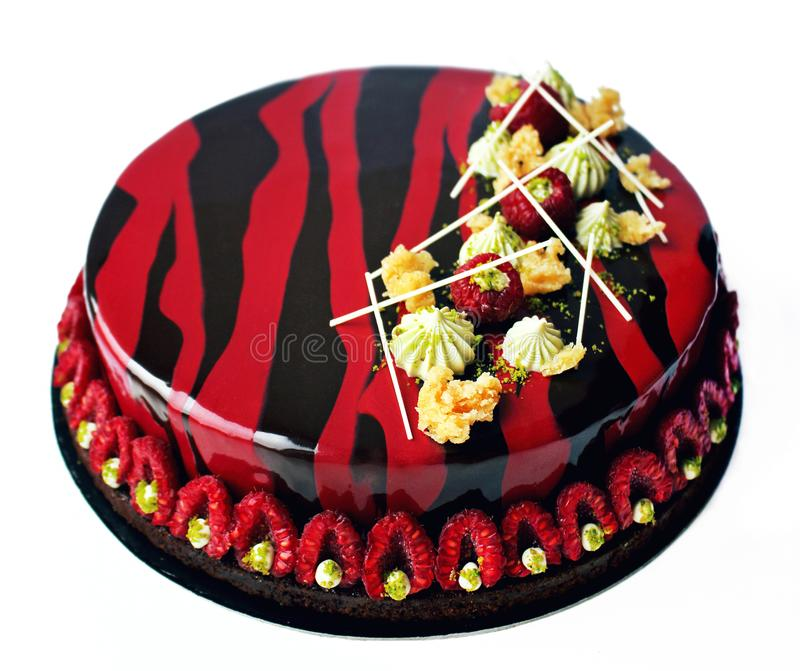 Framboise de chocolat et gâteau rouges et noirs de pistache avec les baies et la décoration de chocolat image libre de droits