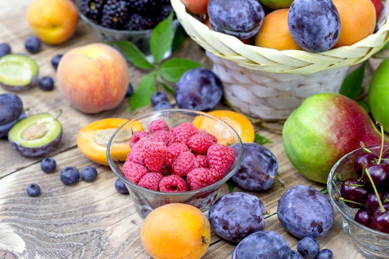 Framboises organiques fraîches et d'autres fruits saisonniers - consommation saine photo libre de droits