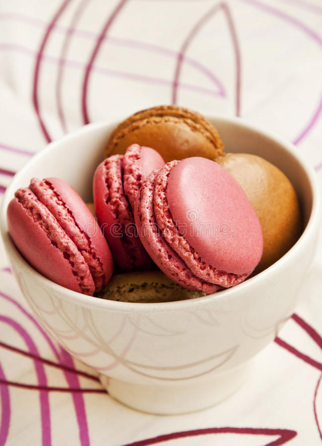 Framboos en Pistaches Macarons royalty-vrije stock foto's