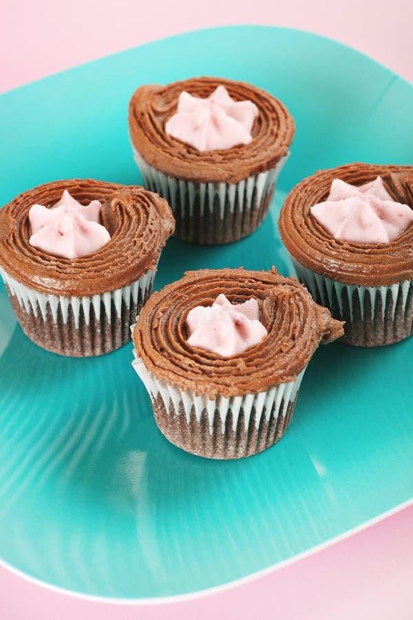 Framboos gevulde chocolade cupcakes verticaal royalty-vrije stock afbeeldingen