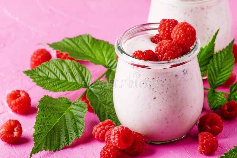Framboos smoothie in glaskruik met verse bes en Griekse yogur royalty-vrije stock foto's