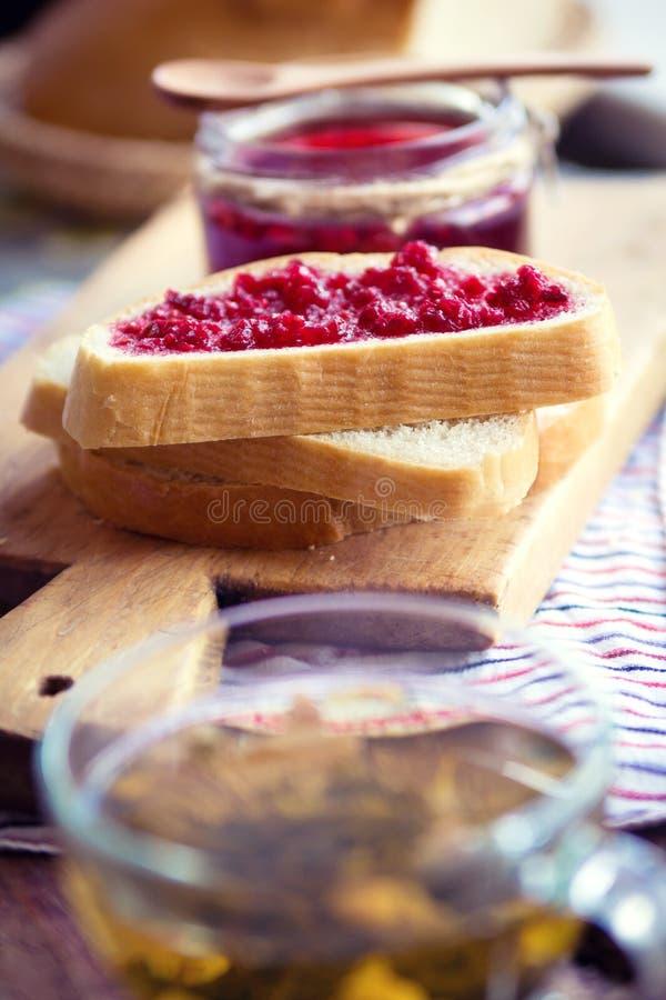Frambozenjam met brood royalty-vrije stock foto
