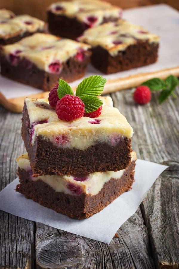 Frambozenkaastaart brownies stock afbeeldingen