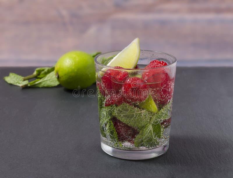 Frambozenlimonade met kalk en munt in een glas De niet-alkoholische drank van de frambozenverfrissing stock foto