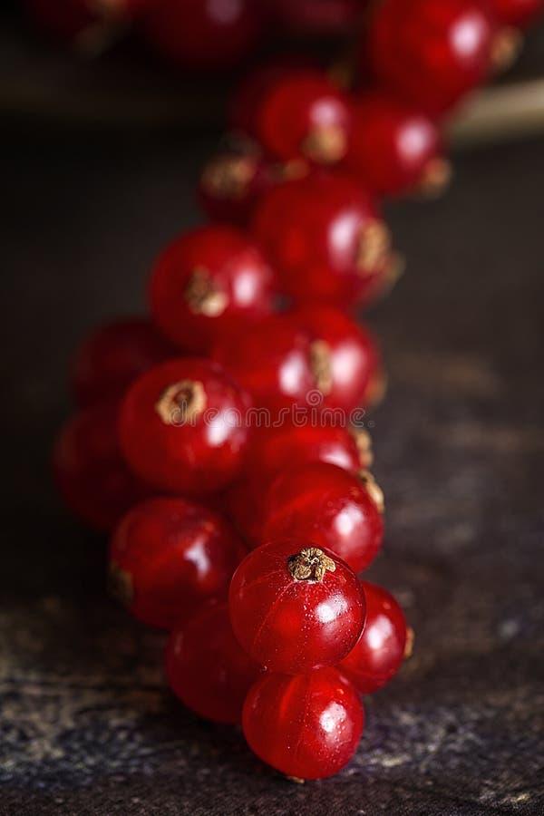 Frambuesas orgánicas, arándanos y bayas rojas fotos de archivo