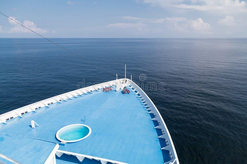 Framdel av däcket för kryssningskepp över att se havhorisonten arkivfoto