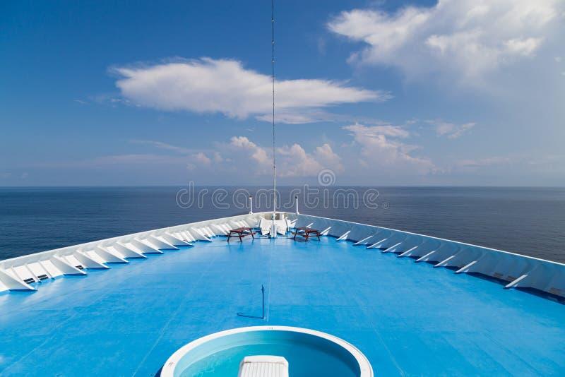 Framdel av däcket för kryssningskepp över att se havhorisonten royaltyfri fotografi