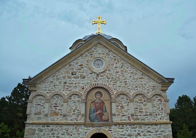 Framdel av den huvudsakliga stenkyrkakloster Staro Hopovo i Serbien arkivbild