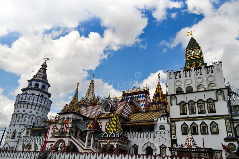 Framdel av den Izmailovo marknaden i Moskva arkivfoton