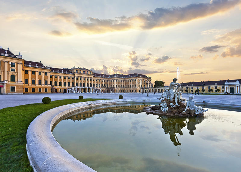 Framdel av den Schoenbrunn slotten i Wien på solnedgången - Österrike royaltyfria bilder