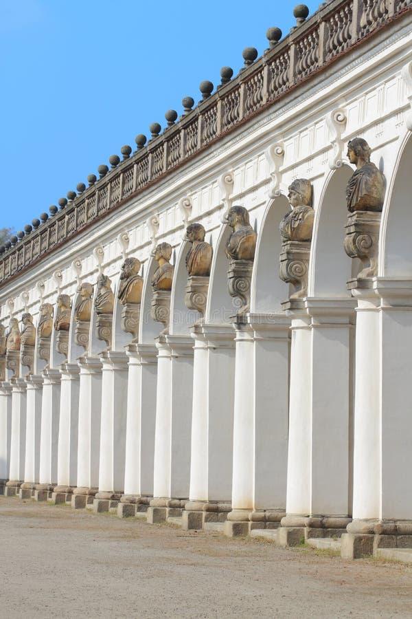 Framdel av den stora kolonnaden i Kromeriz royaltyfri bild
