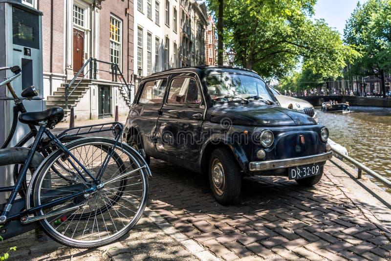 Framdel av den svarta gamla rostiga italienska lilla bilen Fiat 500 Giardiniera royaltyfri fotografi